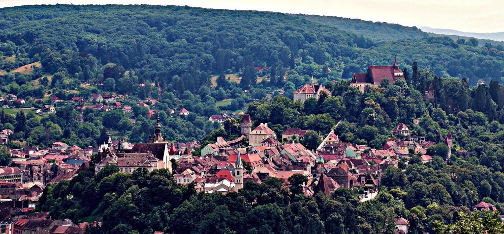 Natura sălbatică din zona muntoasă, schiul la Poiana Braşov şi Păltiniş, bisericile fortificate de la Viscri şi Biertan, şi Sighişoara, locul naşterii lui Dracula – toate sunt incluse în prezentarea Lonely Planet dedicată Transilvaniei.