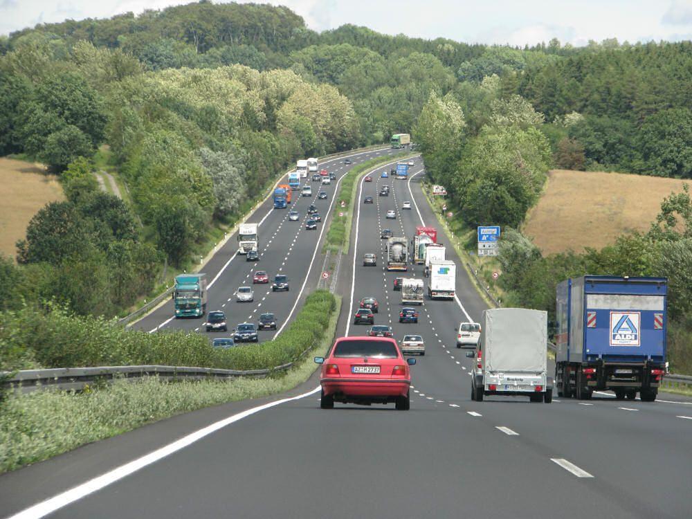 Bundesautobahn 7,   care străbate Germania de la graniţa cu Danemarca,   până la frontiera cu Austria,   este cea mai lungă autostradă europeană. Şoseaua,   care măsoară 963 de kilometri,   este mai lungă decât toată reţeaua de autostrăzi din ţara noastră.