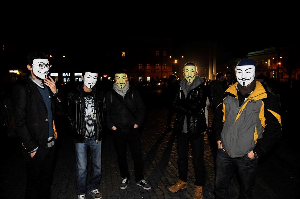 Printre protestatari s-au aflat și câțiva reprezentanți ai grupului Anonymus.