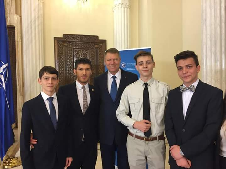 Filip Lariu (foto dreapta), alături de alți reprezentanți ai elevilor din România, și-a exprimat viziunea asupra sistemului de învăţământ în prezenţa președintelui României, Klaus Iohannis, cu ocazia Zilei Internaţionale a Elevului şi Studentului.
