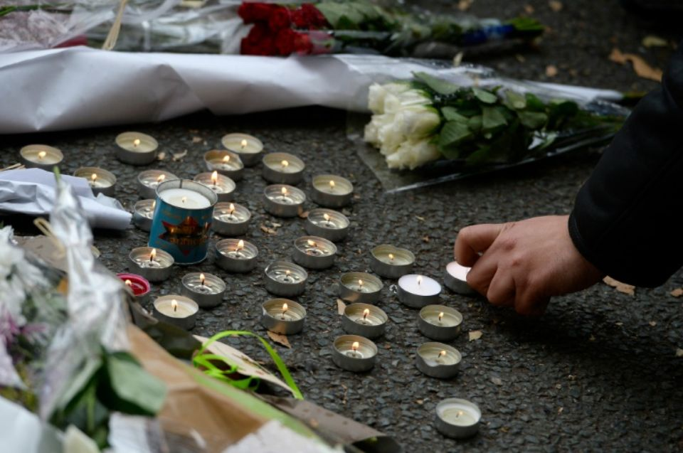 flori si lumanari atentate paris AFP