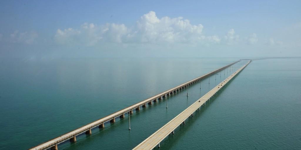 Overseas Highway este o autostradă de aproape două sute de kilometri,   care leagă insulele din arhipelagul Florida Keys de continent,   printr-o serie de zeci de poduri peste Atlantic. Din anul 2009,   șoseaua a fost inclusă între cele mai spectaculoase drumuri din Statele Unite,   All-American Roads.
