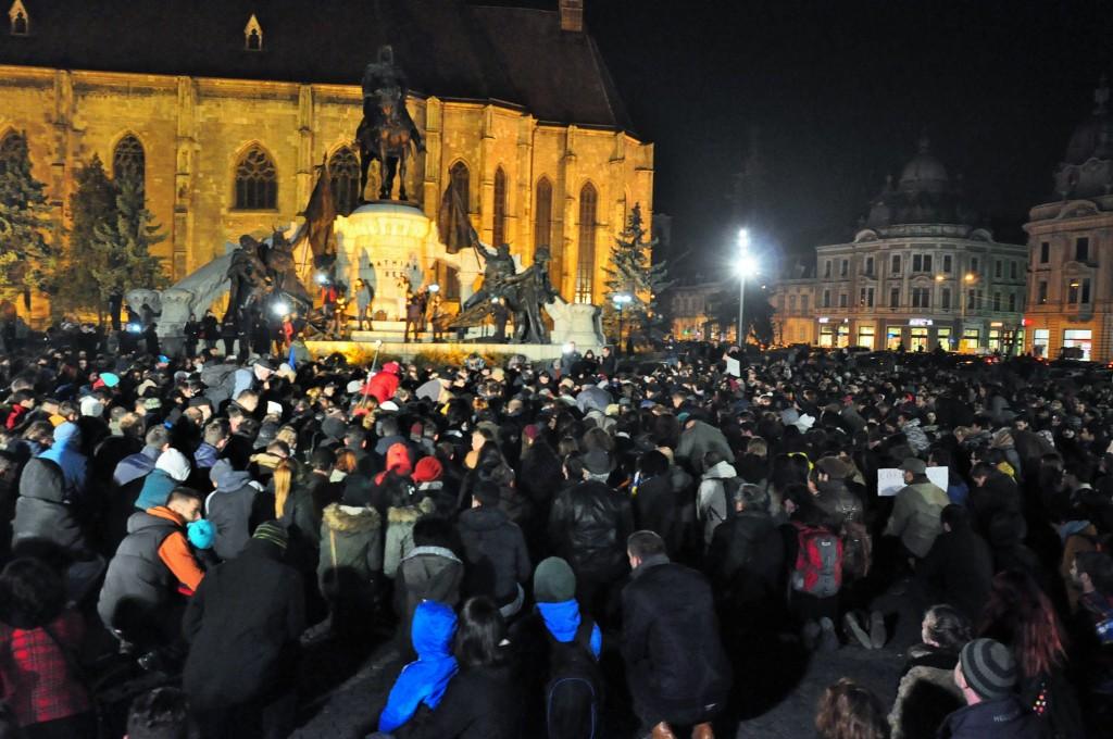 Peste 3.000 de persoane, în genunchi pentru victimele de la clubul Colectiv
