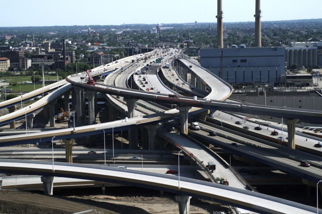 """Astfel de """"noduri"""" de autostrăzi,   cum este acesta din Osaka,   sunt denumite """"spaghetti"""" – din motive evidente."""