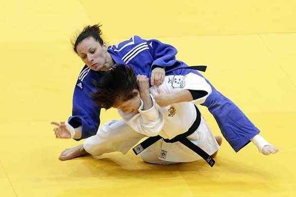 Monica Ungureanu (foto, în albastru) este prima dintre cele trei judoka din Cluj care va intra în concurs la ultimul Grand Prix al anului, la Jeju / Foto: Dan Bodea