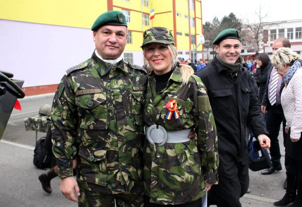 Locotenent-colonel Bărbuș Călin și profesoara Bianca Albu/Foto: Dan Bodea