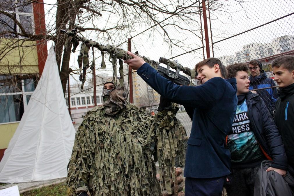 În greutate de 3,  5 kilograme,   AK47 are o bătaie maximă de 1500 de metri și este folosită pentru nimicirea inamicului de la depărtare/Foto: Dan Bodea