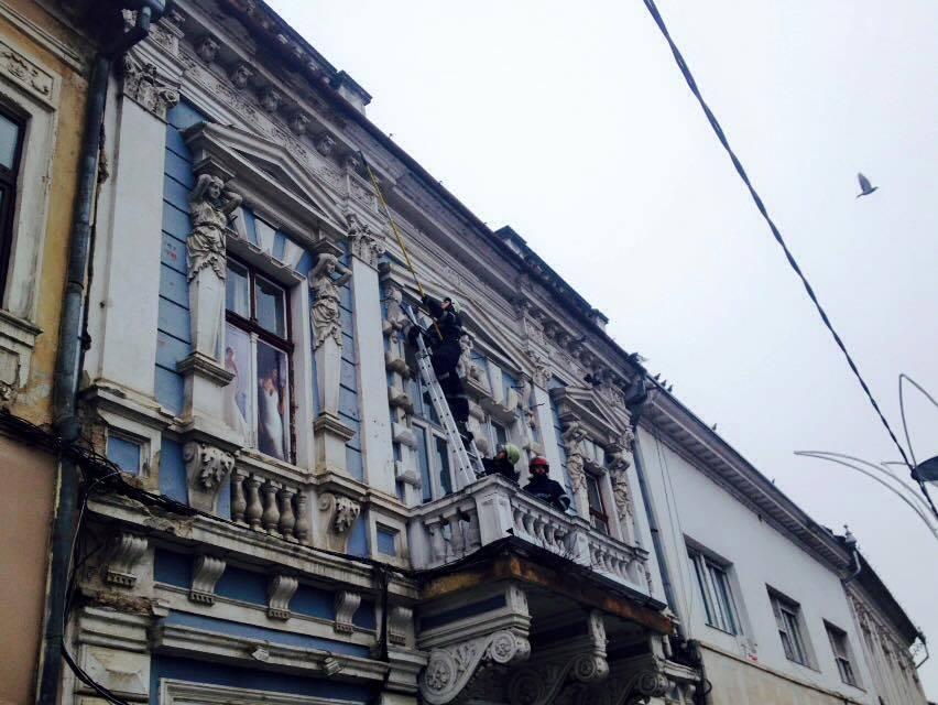 Echipajul ISU a îndepărtat bucățile care amenințau să cadă / Foto: clujulcultural.ro