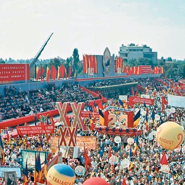 """În timpul regimului comunist,   Ziua Naţională a fost aniversată la 23 august,   când se sărbătorea prin parade grandioase şi festivităţi cu """"oameni ai muncii"""" şi pionieri."""