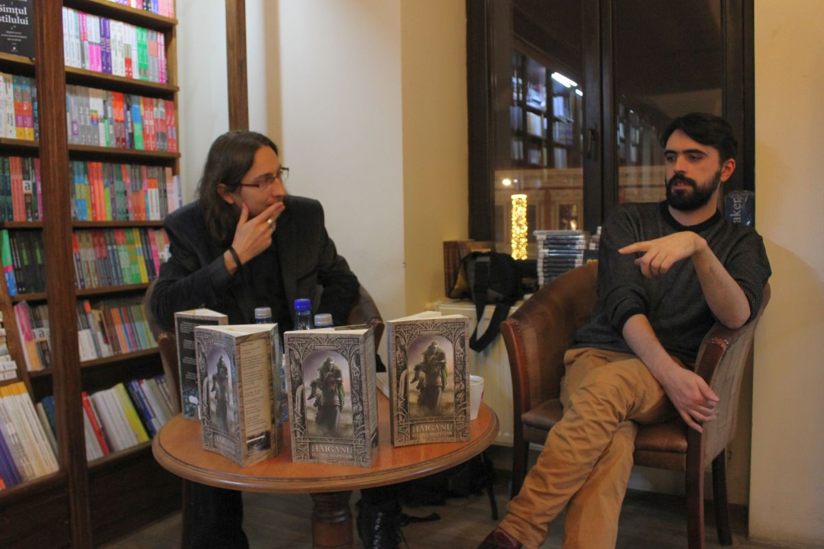 Marian Coman (foto stânga),   alături de Valentin Derevleanu,   moderatorul discuției care a avut loc la Book Corner Librarium din Cluj/Foto: Dan Bodea