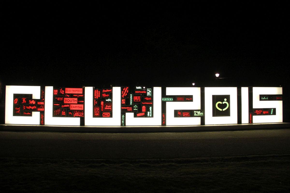 Totemul Capitalei Tineretului,   un proiect realizat de Asociaţia Studenţilor Arhitecţi Cluj (AStA),   organizație membră a Federațiie SHARE Cluj-Napoca,   cu ajutorul voluntarilor și a zece designeri grafici/Foto: Dan Bodea