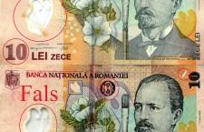 Bancnotele din fotografie sunt  folosite ca exemplu, pentru a atrage atenția unor elemente care sunt falsificate în mod frecvent. Cea de jos face parte din emisia 2005, ediție care are doar o pensulă ca element de siguranță. Cu toate acestea, avem de-a face cu un fals, lucru confirmat  de Poliția Română/  Foto: Dan Bodea