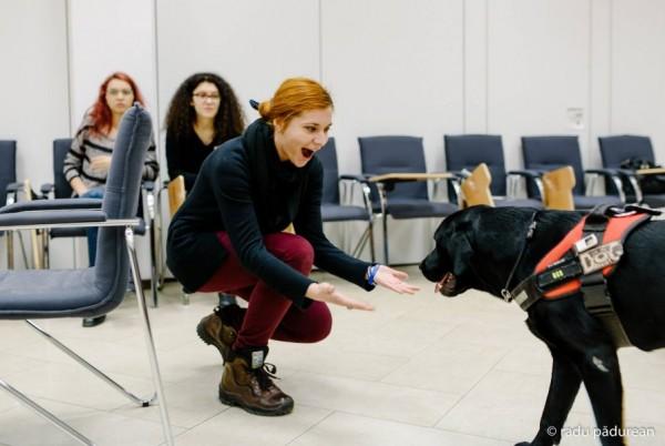 Chiar dacă nu există studii ample ale cercetătorilor britanici care să ne spună că o oră cu un câine de terapie îți paote face ziua mai bună,   pozele vorbesc de la sine (Foto: Radu Pădureanu)