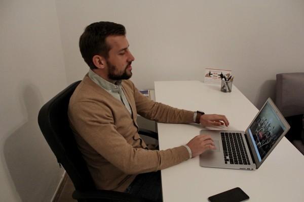 Radu Benga lucrează,   alături de Valentin,   de mai bine de un an pentru implementarea proiectului finanțat cu fonduri POSDRU (Foto: Dan Bodea)