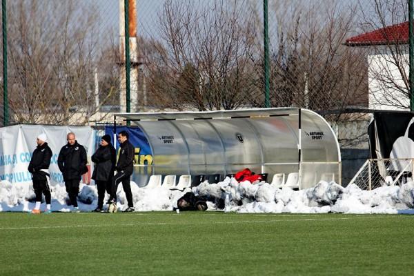 Niciun jucător nu a luat loc pe banca de rezerve a Universităţii Cluj la amicalul cu Sănătatea / Foto: Dan Bodea