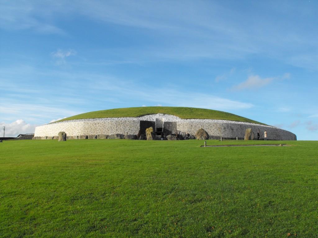 Mai vechi decât Stonehenge, Newgrange nu este la fel de notoriu, dar este la fel de enigmatic