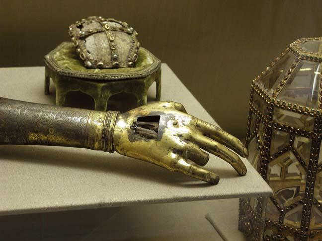 Relicvă a mânii drepte a Sfântului Ioan Botezătorul aflată la Muzeul Topkapi din Istanbul, Turcia