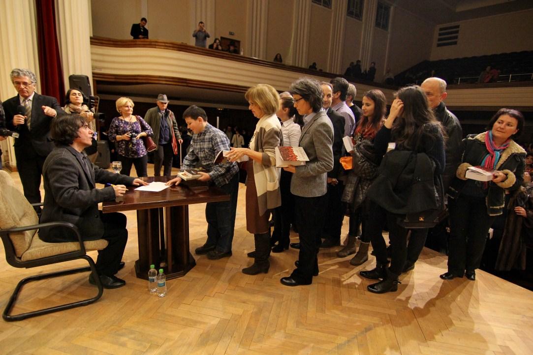 La finalul întâlnirii de la Cluj, Mircea Cărtărescu a acordat sute de autografe/Foto: Dan Bodea