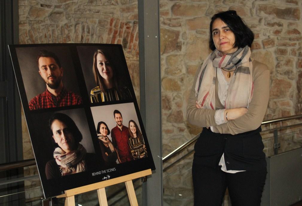 Din expoziție nu lipsește fotografia cu echipa organizatoare,   care îi are care protagoniști pe Oana Pop,   Ștefana Giurgiu și Gabi Aldea/Foto: Dan Bodea