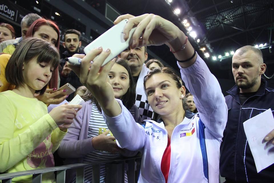 Apropae 1.00 de fani au stat la coadă pentru o fotografie cu cea mai în vogă jucătoare de tenis din România, Simona Halep / Foto: Dan Bodea