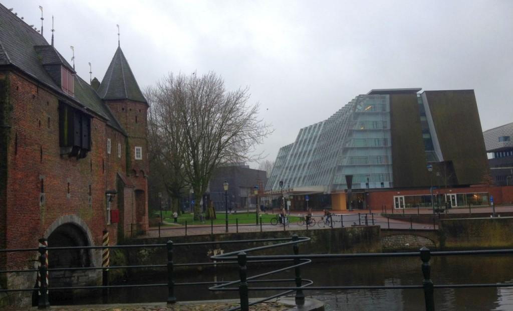 Nou și vechi în Amersfoort. În stânga imaginii, poarta medievală Koppelpoort, în dreapta, clădirea Agenției pentru Patrimoniu Cultural