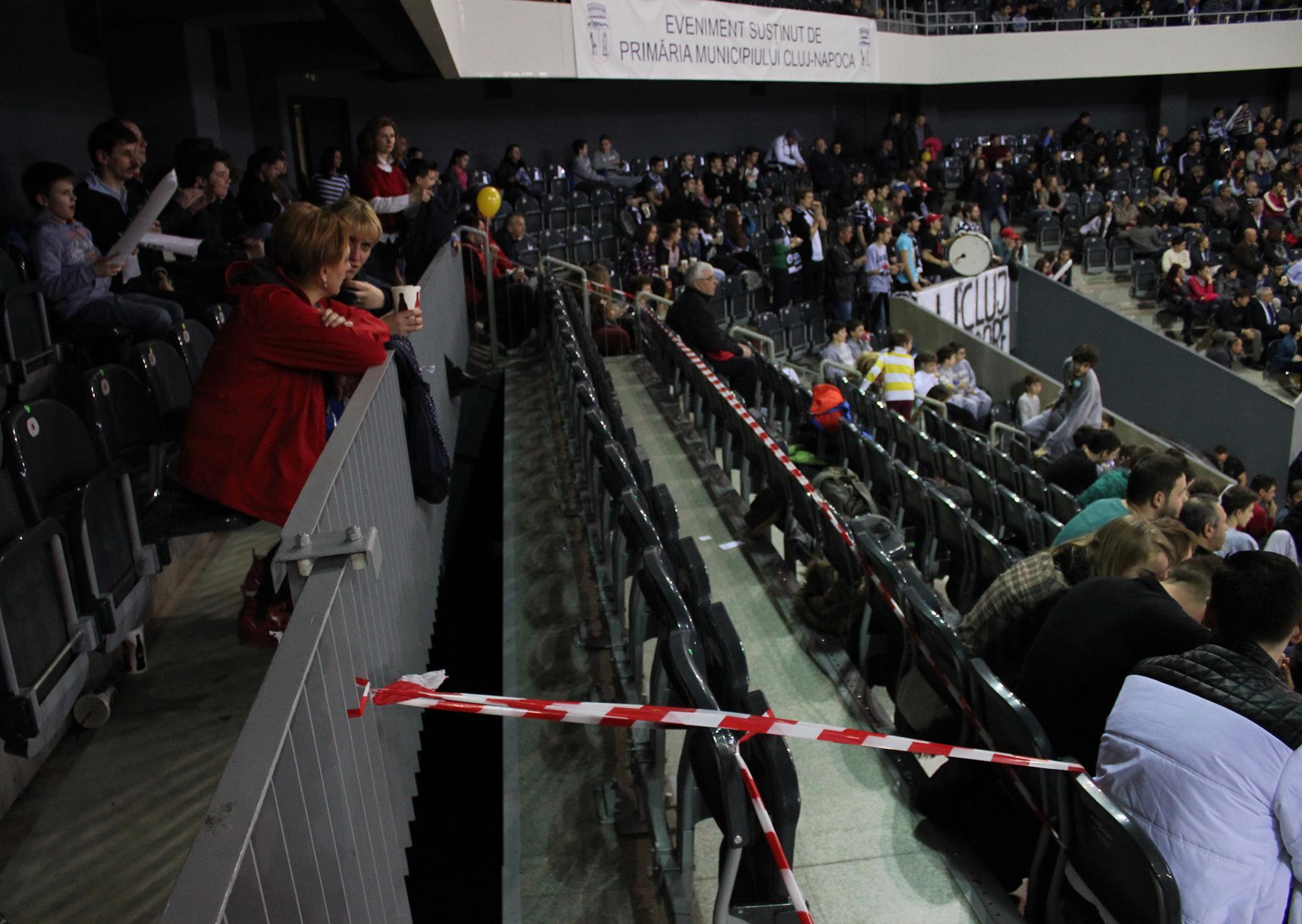 Așa arată spațiul prin care copilul a căzut (FOTO: Dan Bodea)