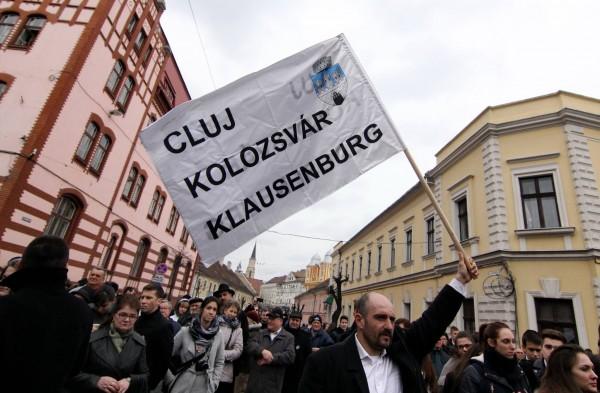 Clujeanul care l-a apostrofat pe Emil Boc flutura un steag pe care ea scris numele orașului în română, maghiară și germană (Foto: Dan Bodea)