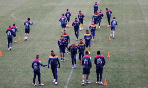 Adunări, scăderi, înmulțiri sau chiar radicali- așa arată numerele de pre tricourile de antrenamente al tricolorilor (Foto: DAn Bodea)