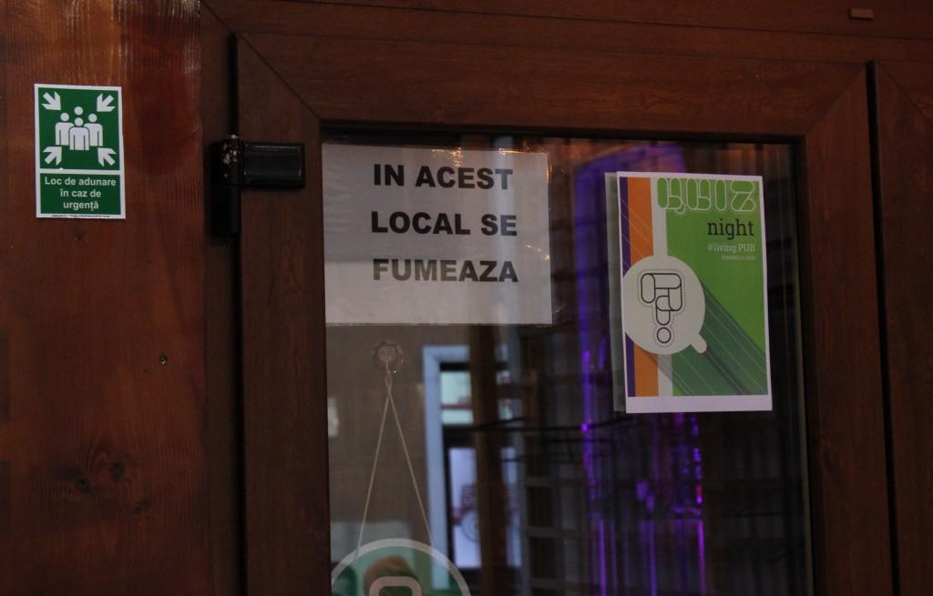 Miercuri,   16 martie,   a fost ultima zi când acest afiș a putut fi văzut pe ușa unui local din România / Foto: Dan Bodea