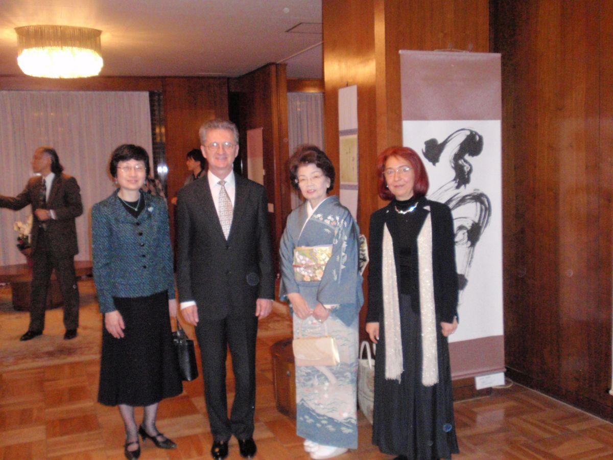 """În kimono, doamna Senshu Nishida, la vernisajul expozitiei """"Memoria clipei"""", de la Ambasada Romaniei din Tokyo, 2015/Foto: Arhiva personală"""