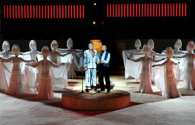 """Cea mai veche tragedie, al cărei text s-a păstrat, se numeste """"Perşii"""" şi îi aparţine lui Eschil (anul 472 î.e.n.), iar cea mai veche comedie este a lui Aristofan, """"Norii"""" (427 î.e.n.) - care încă se mai joacă, inclusiv în teatre greceşti reconstruite după modelul antic."""