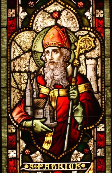Sfântul Patrick s-a născut în secolul 4 în Britannia romană, dar a fost capturat de irlandezi şi ţinut captiv pe insulă timp de 6 ani. În acea perioadă se dedică religiei, iar tradiţia spune că a avut o revelaţie divină prin care Dumnezeu îi cerea să-I creştineze pe irlandezi. După ce evadează din captivitate, se întoarce în Irlanda în anul 432 şi începe procesul de creştinare a irlandezilor, până atunci adepţi ai politeismului. Conform folclorului irlandez, el s-a folosit de frunza de trifoi pentru a explica doctrina creştină a Sfintei Treimi.