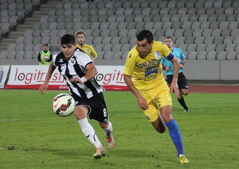 Golgheterul Universităţii Cluj, Octavia Ursu (foto, la minge) şi-a făcut datoria şi la Satu Mare, prin cele două goluri marcate în victoria alb-negrilor cu 3-2 / Foto: Dan Bodea