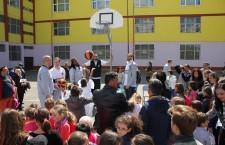 """Concursul aruncărilor cu mingea la coș a fost unul din momentele cele mai așteptate la evenimentul """"Săptămâna Altfel"""" de la școala """"Iuliu Hațieganu""""/ Foto: Dan Bodea"""