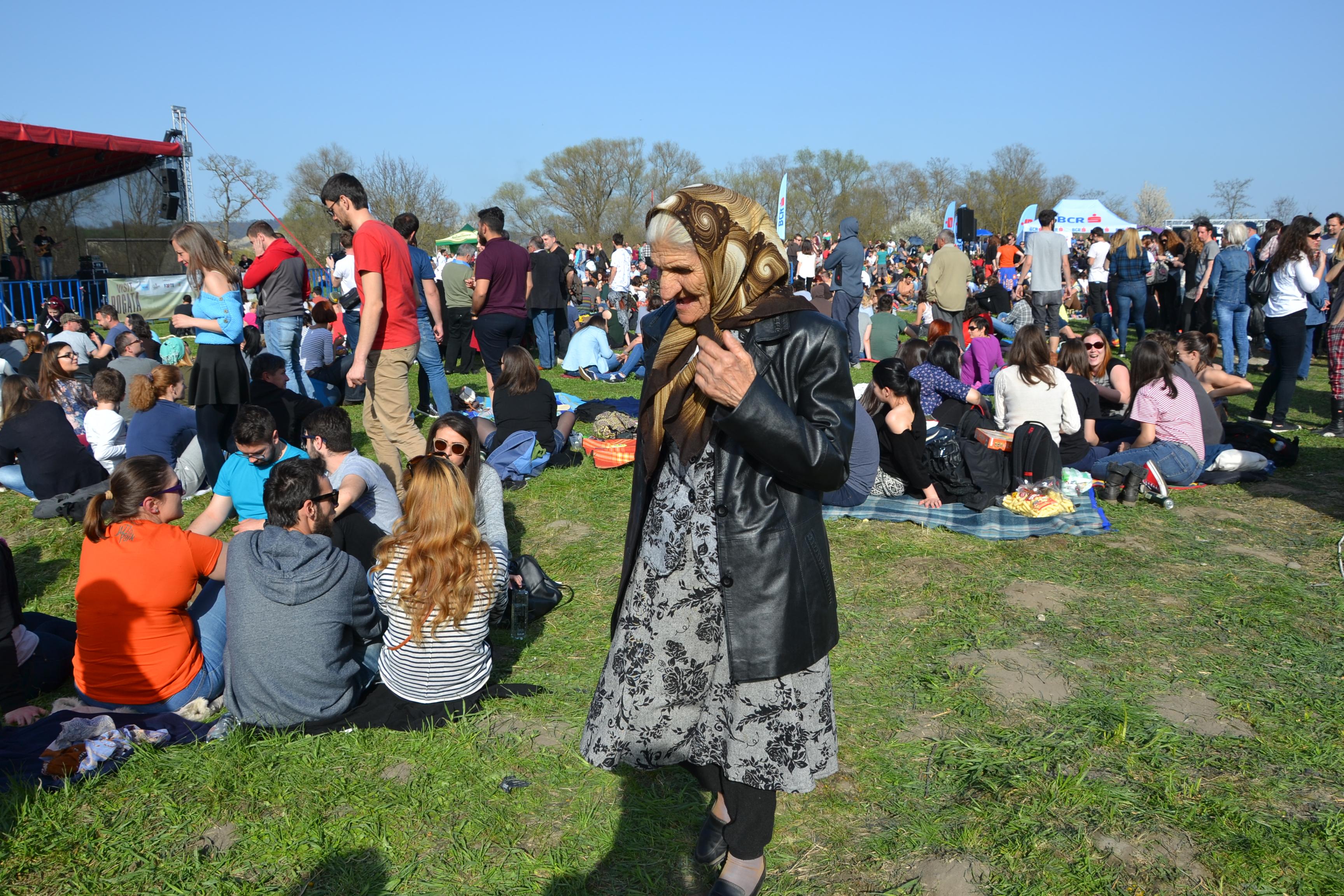 Nici localnicii nu au lipsit de la festival. Dacă unii au venit doar să ia pulsul evenimentului, alții au rămas până aproape de final / Foto: Maria Man