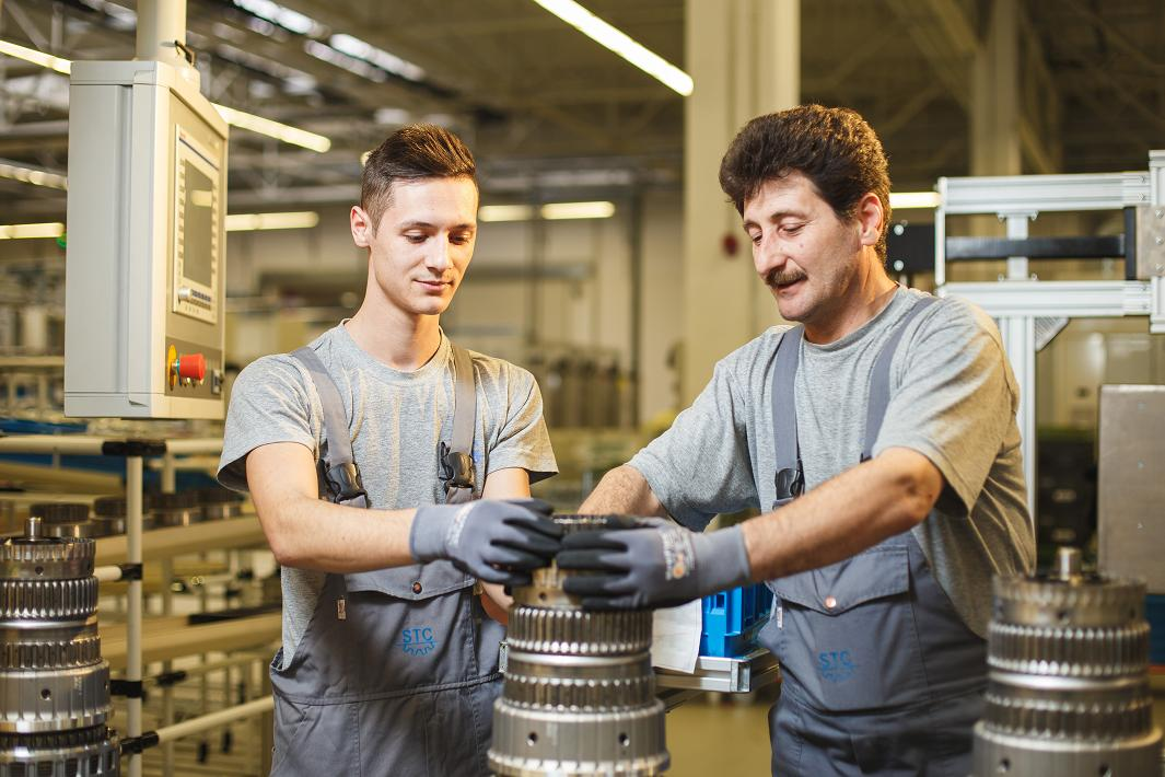 Doi angajati STA monteaza cutia de viteza cu noua trepte