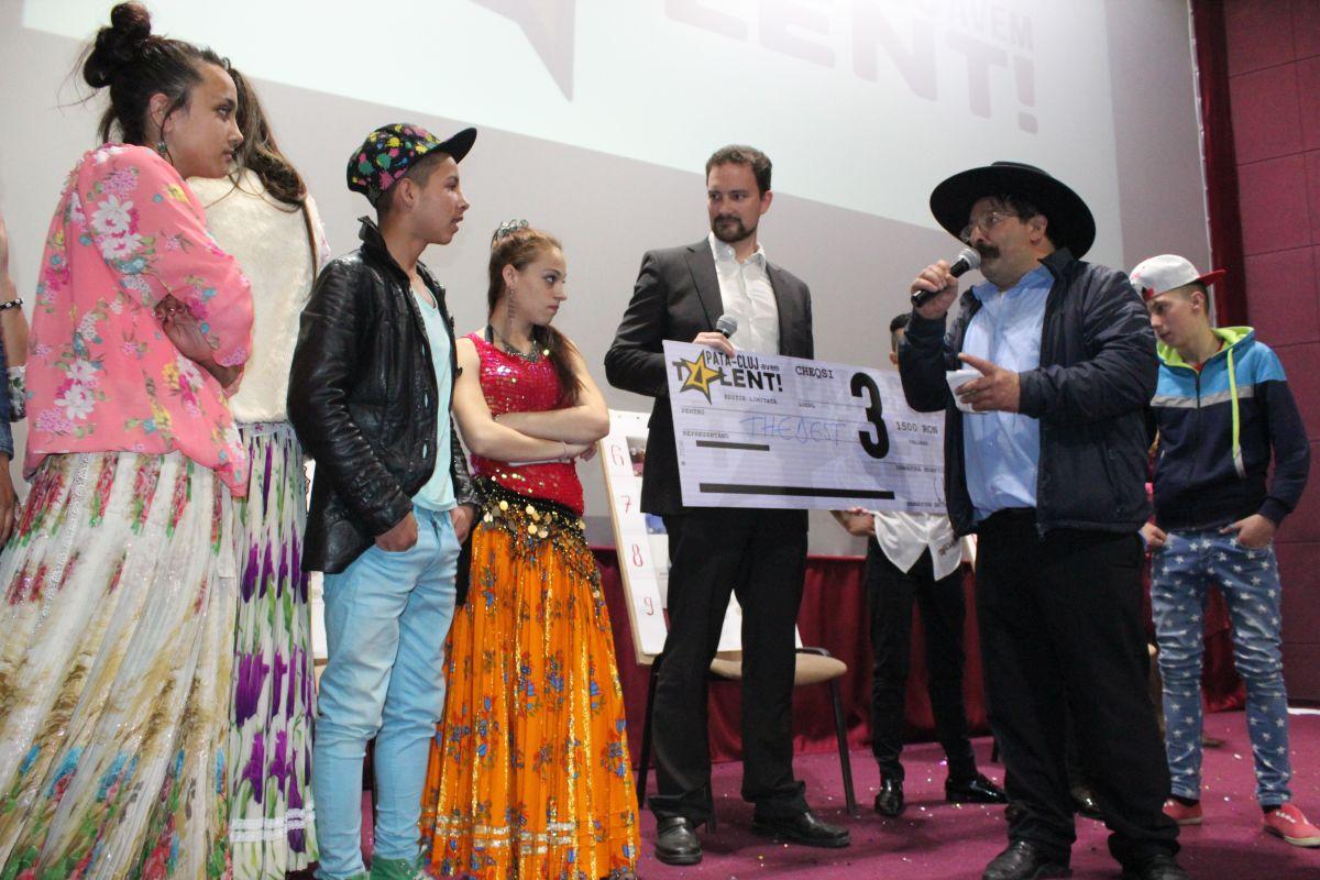 Premiul 3 a fost înmânat trupei The Best,   de Ingo Tegge,   directorul Centrului Cultural German din Cluj/Foto: Cristina Beligăr