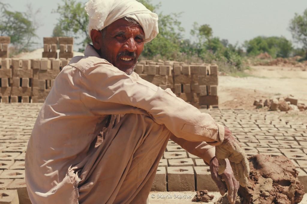 A trăit toată viața în sclavie. Nu știe cât mai are de plătit din datoria părinților. Crede că toată viața. Pentru el este prea târziu / Foto: Maria Marcus