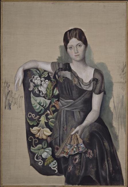 """Olga Koklova,   pictată de soţul ei,   Pablo Picasso,   în primăvara anului 1918. Pictura """"Portrait d'Olga dans un fauteuil"""" se află la Muzeul Picasso din Paris."""