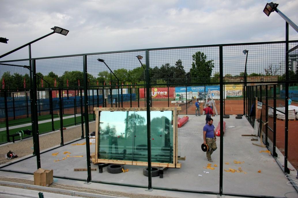 Imagine din timpul instalării terenurilor de padel la Winners Sports Club/Foto: Dan Bodea
