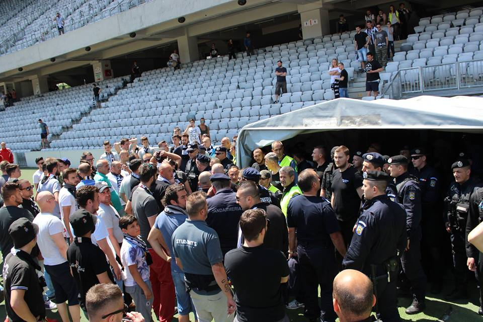 Suporterii Universităţii Cluj nu au mai suportat umilinţa retrogradării şi au pătruns pe teren pentru a cere socoteală jucătorilor / Foto: Dan Bodea