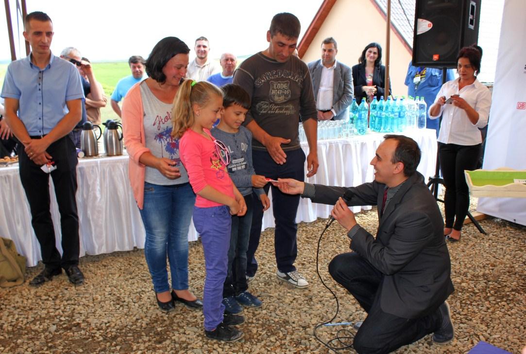 Andrei Aroneț le oferă copiilor cheia noii lor case/ Foto: Dan Bodea