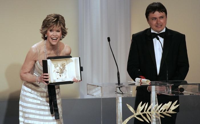 """Cristian Mungiu este la a treia participare în competiţia oficială de la Cannes,   filmele sale fiind recompensate cu trofeul Palme d'Or în 2007,   pentru """"4 luni,   3 săptămâni şi 2 zile"""",   şi cu premiile pentru scenariu şi interpretare feminină în 2012,   pentru pelicula """"După dealuri""""."""
