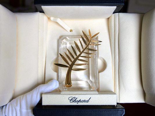 Frunza de palmier apare pe blazonul oficial şi reprezintă dintotdeauna oraşul Cannes,   dar nu a simbolizat întotdeauna festivalul. Abia din 1980,   Palme d'Or-ul a revenit definitiv şi a devenit,   în 1980,   logoul oficial al festivalului.