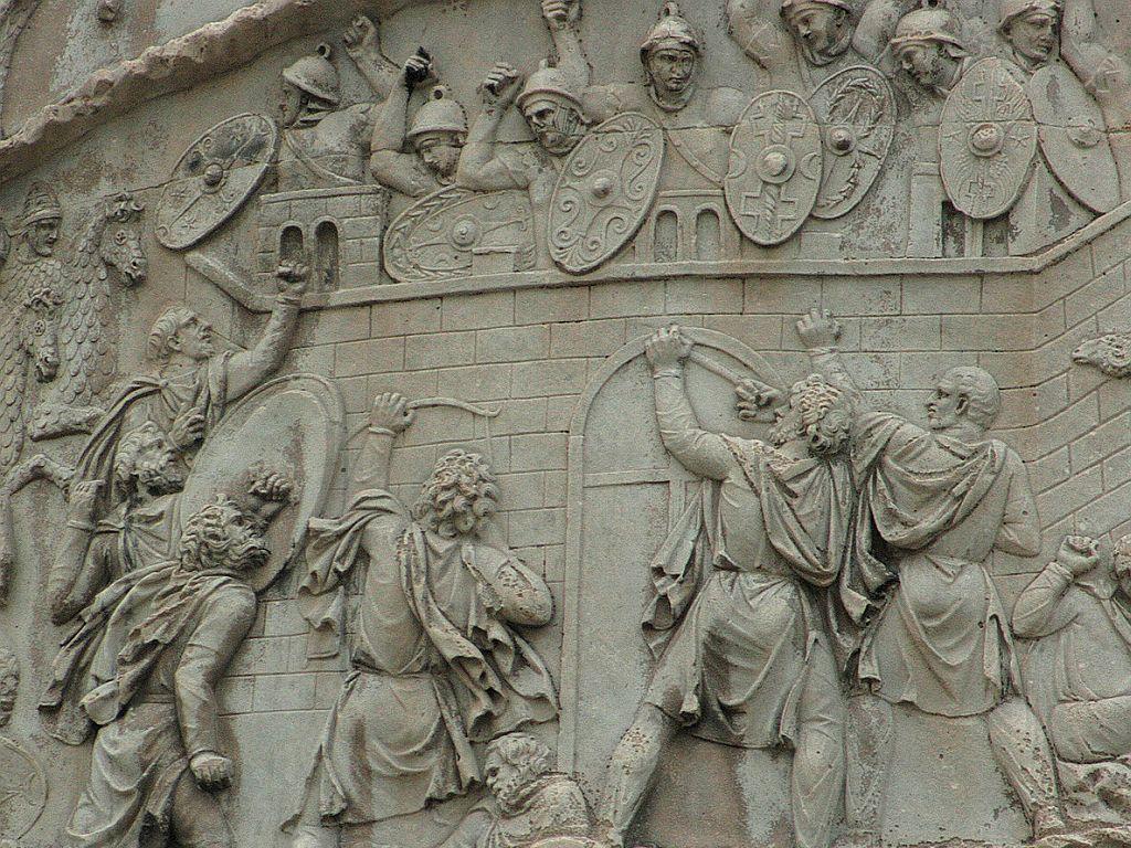 Friza Columnei este lungă de 200 de metri,   cu 123 de scene şi peste 2500 de figuri.