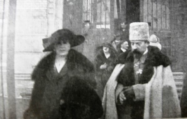 Regele Ferdinand și regina Maria, ieșind de la BCU
