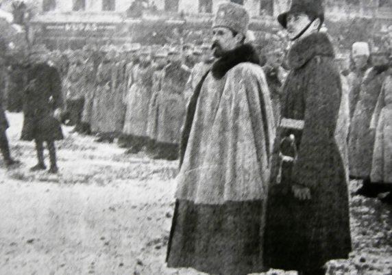 Regele Ferdinand și viitorul Carol al II-lea, la parada militară din Piața Unirii