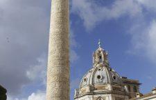 Pe 12 mai 113,   la Roma a fost inaugurată Columna lui Traian. Monumentul,   din marmură de Paros,   înalt de 40 metri,   este compus dintr-o coloană aşezată pe un soclu paralelipipedic,   decorat cu trofee. Pe capitel se înălţa statuia împăratului Traian,   turnată în bronz şi poleită cu aur,   dispărută în evul mediu.
