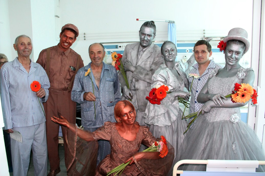 """Echipa proiectului Terapie prin artă-Un plus de fericire și-a propus să ofere peste 1500 de flori pacienților și personalului Spitalului Clinic de Recuperare și Spitalulul Militar de Urgență """"Dr. Constantin Papilian"""" din Cluj/Foto: Dan Bodea"""