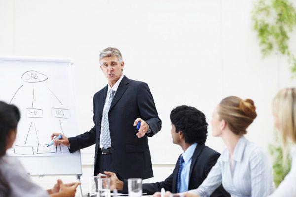 Printre atâtea afaceri care sunt la modă şi profitabile,   există şi firmele care ne învaţă exact cum să facem... afaceri. Există consilierii pentru afaceri (business coach),   care organizează cursuri şi seminarii pentru antreprenori,   le dau idei şi scriu cărţi despre tot ceea ce înseamnă o afacere: cum să o porneşti,   cum să-ţi găseşti clienţi,   cum să ai şi mai mulţi clienţi,   cum să comunici cu ei etc. Evident,   ei înşişi prosperă pentru că,   nu-i aşa,   îşi aplică propriile sfaturi.